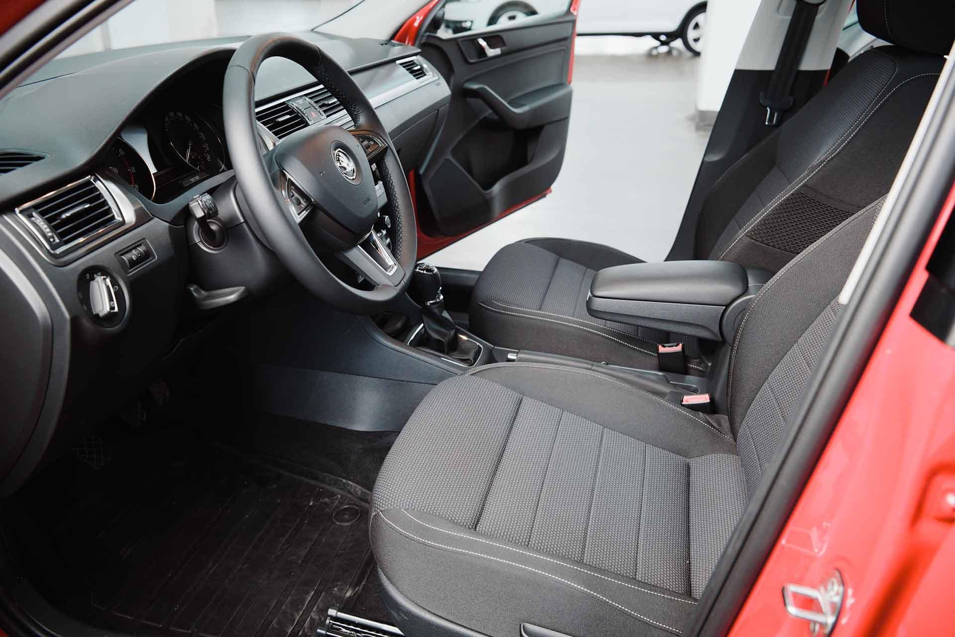Pitkittäin, poikittain tai ristiin: istuinverhoilun kuviolla on yllättävän suuri merkitys auton sisätilojen ilmeeseen.