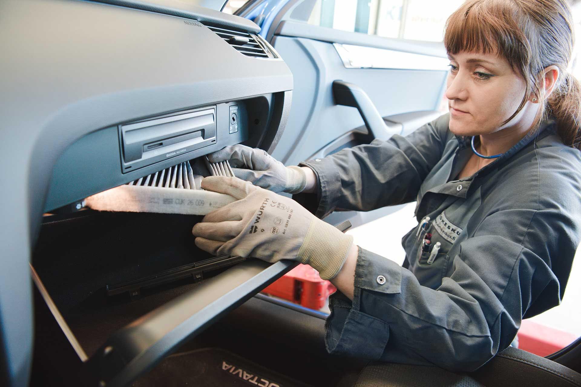 Automekaanikko Sara Strandling tarkistaa huoltoselosteessa mainitut työkohteet, vaihtaa suodattimet sekä lisää tarvittavat öljyt ja nesteet.
