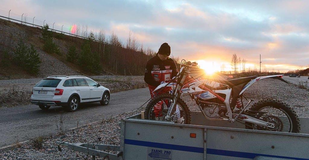 Kova Kolmikko: Lari Jukola, Octavia Scout 4x4 ja KTM Freeride E-XC sähköpyörä.