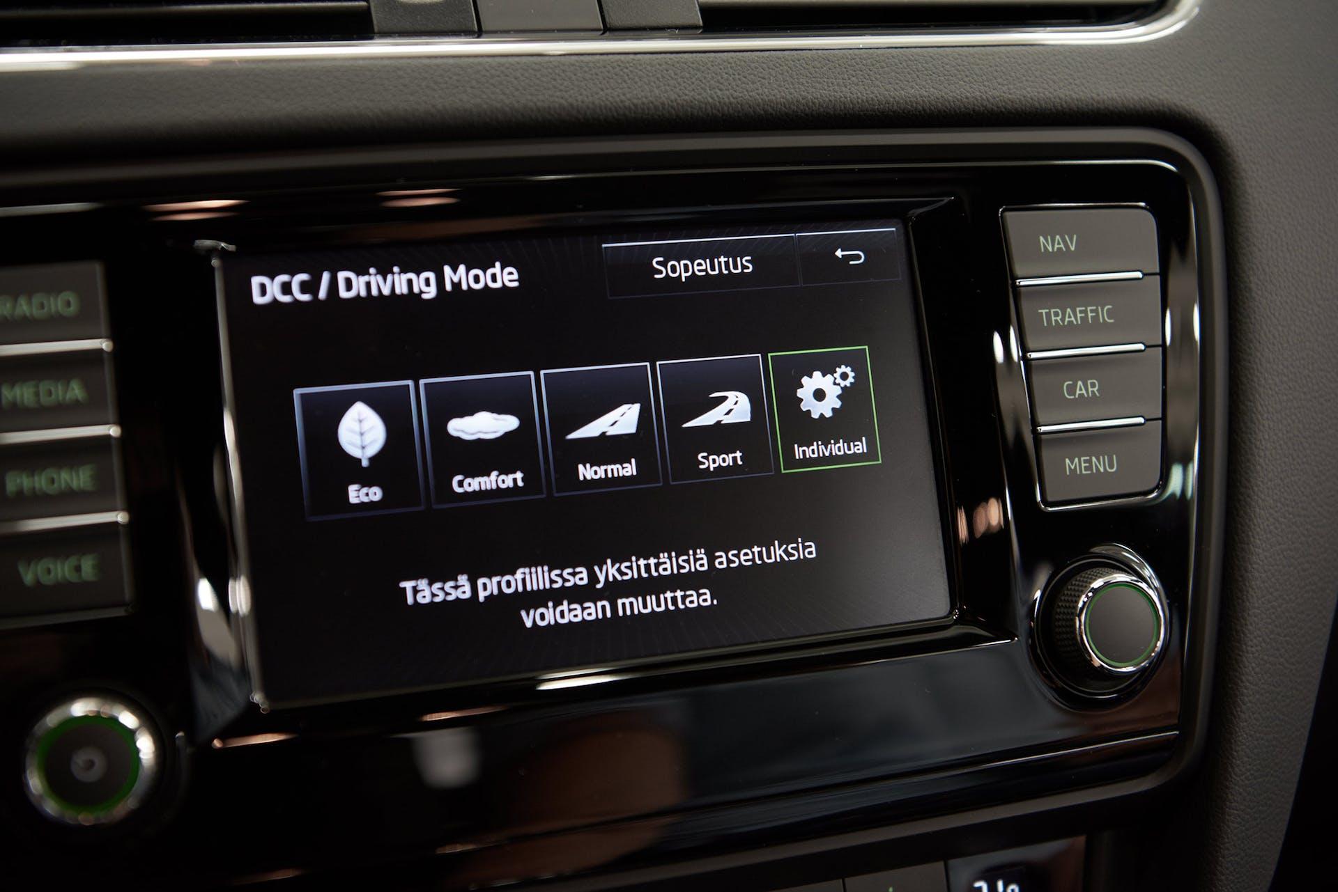 Ajoasetuksen valinta tarjoaa kuljettajalle mahdollisuuden löytää autosta eri luonteen tilanteesta riippuen. Lisävarustelistalta löytyy myös säädettävä DCC-alusta, joka mahdollistaa alustan säätämisen omien ajomieltymysten ja olosuhteiden mukaan.