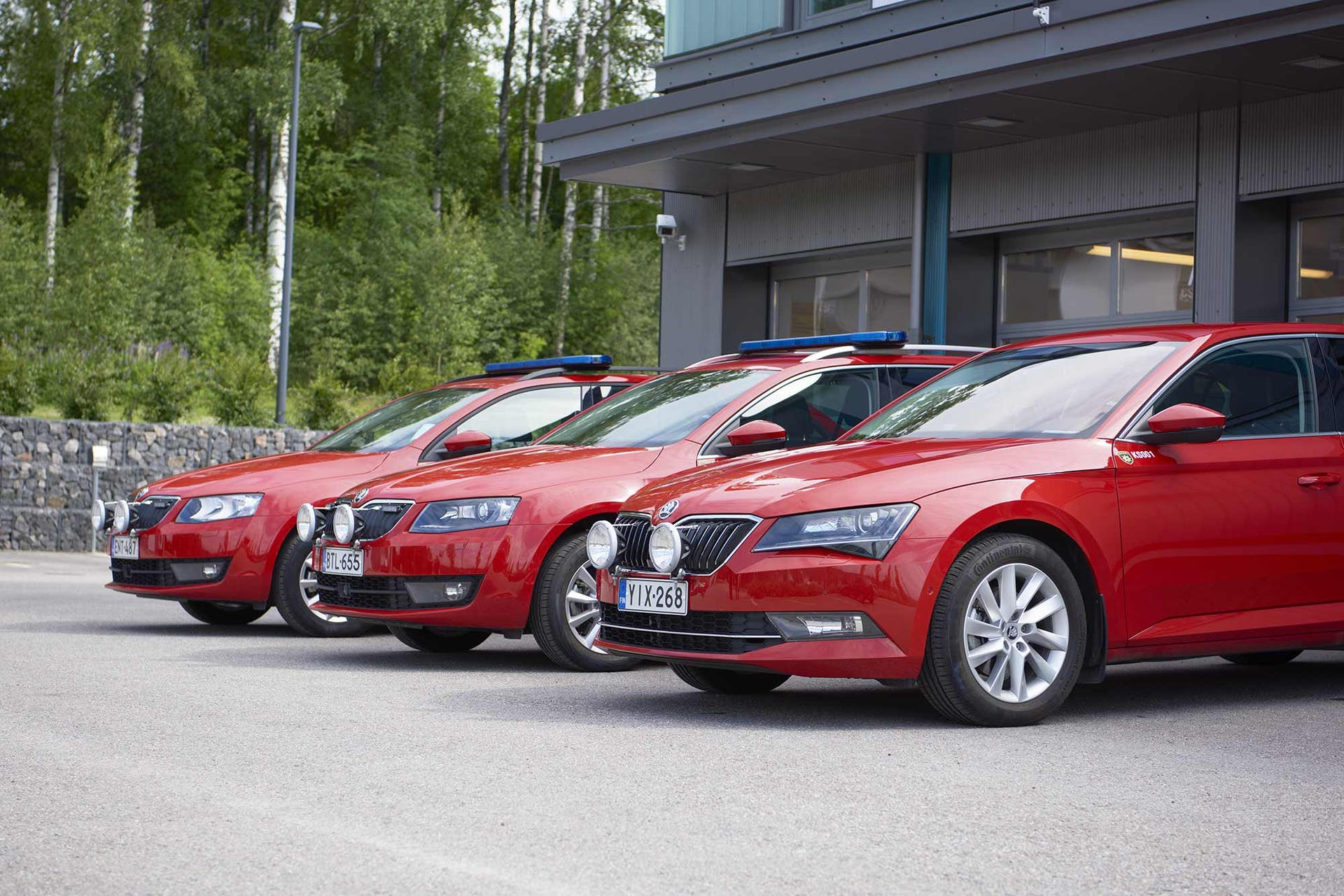 Neljästä tuliterästä Škodasta paikalla on tänään kolme: Superb sekä kaksi Octaviaa. Autot tunnistaa paloautoiksi paitsi väristä, myös erikoisvarustelustaan.
