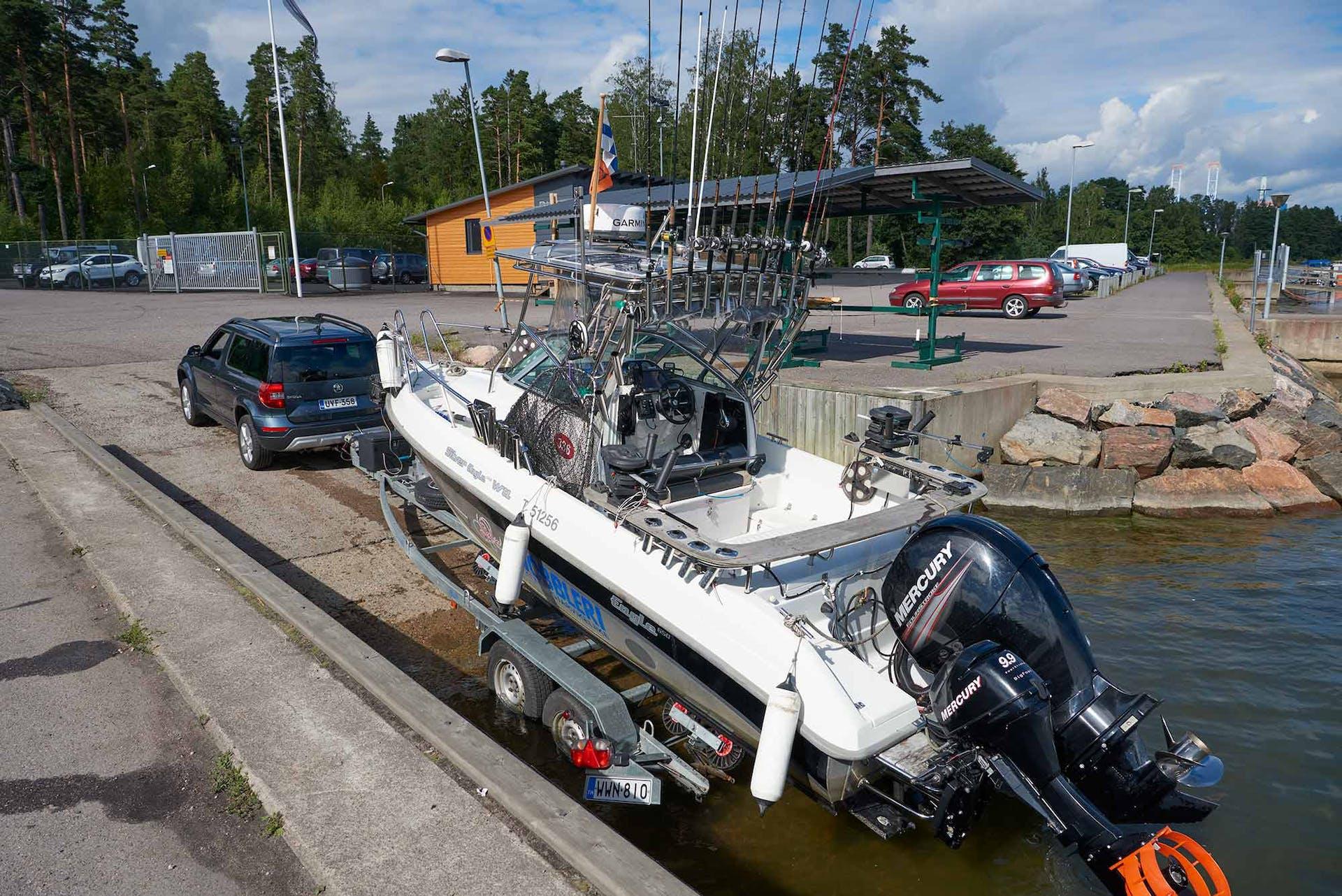 Yeti 2.0 TDI 4x4 DSG Autom. sai vedettäväkseen vene-traileri -yhdistelmän, jonka kokonaispaino on liki 2000 kiloa. Yetiltä homma sujuu, sillä sen jarrullinen vetokyky on 2100 kiloa.